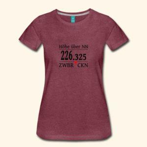 Aubergine farbenes Frauen T-Shirt mit dem Aufdruck Höhe über NN 226,325 Zwbrckn - Zweibrücken ohne Vokale geschrieben. Das Ü wird durch ein rotes Dreieck simuliert