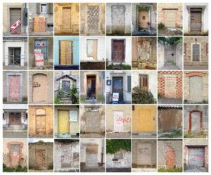 Collage im Raster. Zu sehen sind vierzig verschlossene oder verbarikadierte oder verwachsene Türen im Querformat gesetzt in acht Spalten und fünf zeilen. Das Bild hat einen bräunlichen bis grauen Grundton.