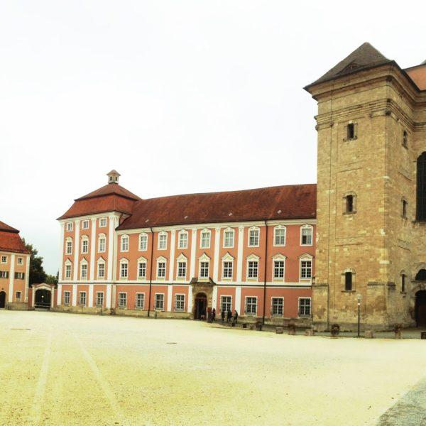 ein Klostergebäude mit barocken Fenstern und Turm. Quadratisches Bild.