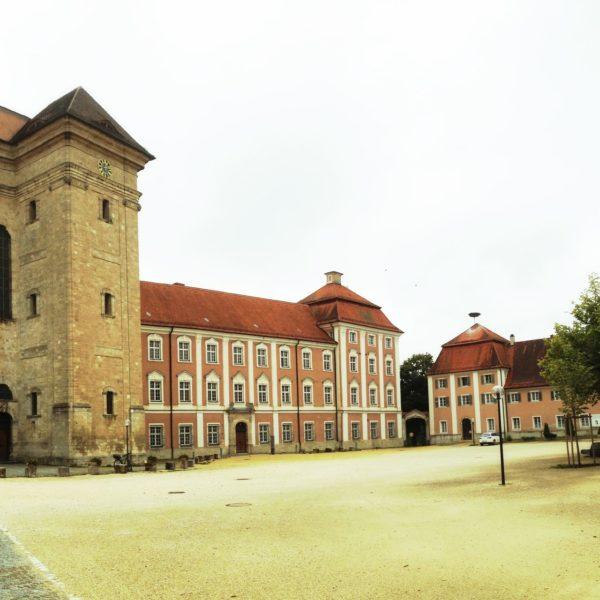 Turm und Klostergebäude im quadratischen Format. Gelb-bräunlicher Farbton.
