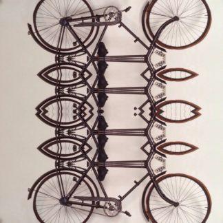Eine fast grafische Arbeit, die ein Fahrrad zeigt, braun auf hellem Hintergrund. Das Fahrrad ist wie in einem Kaleidoskop verfremdet.