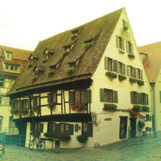 Fachwerkhaus mit riesigem Dach und vielen kleinen Gauben. Kein einziger rechter Winkel