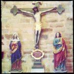 Jesus-Ensemble vor Natursteinwand.