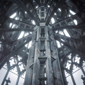 Blick aufwärts im oberen Teil des Turms des Ulmer Münsters. Schwarz-weiß-Bild. Filigrane ansicht des Innenlebens des luftigen Turms im gotischen Baustil.