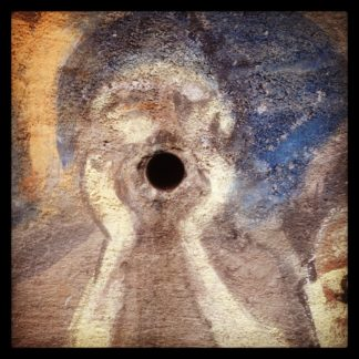 Das Entwässerungsrohr in einem Betonbauwerk dient als zentraler Blickfänger für ein Graffito, das dem Schrei von Edvard Munch nachempfunden ist.