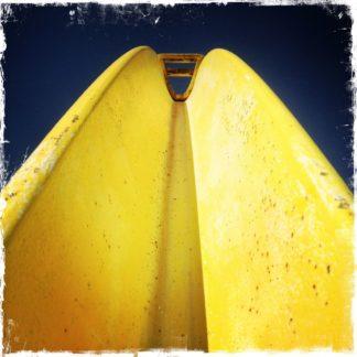 Der Blick folgt einem gelben Stahlbogen im Uprofil in Richtung dunkelblauem Himmel. Der Bogen nimmt mehr als zwei Drittel des Bildes ein.