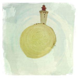 Zu einem kleinen Planeten verformtes Bild eines Leuchtturms. Der Planet ist sandfarbenen, eiförmig. Das Bild hat eine Leinwandstruktur. Der Himmel ringsum ist zartblau.