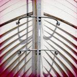 Bug eines Klinkerboots. Wie Fischgräten liegen die Planken übereinander. Überwiegend weiß mit rötlicher Vignettierung.