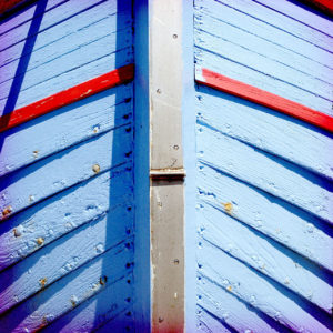 Bug eines Klinkerboots. Wie Fischgräten liegen die Planken übereinander. Hellblau und rot.