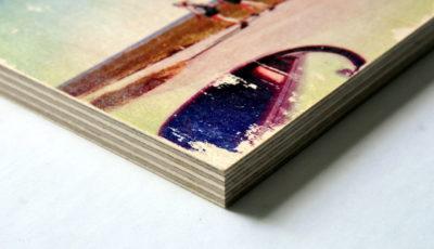 Ecke eines auf Multiplex-Platte aufgedruckten Bildes als Beispiel für die Verarbeitung.