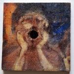 Ein Graffity, das rund um eine Entwässerungsröhre einer Betonwand so gemalt ist, dass es wie Edvard Munchs Kunstwerk der Schrei wirkt.