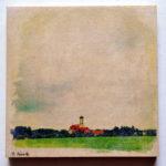 Fast nur Himmel thront in diesem Bild über einem fernen, winzigen Kirchturm, der aus giftgrüner Wiese hervorlugt.
