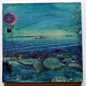 Ein tiefblaues Bild, das runde Felsen vor Meeresküste zeigt. links ist ein Ballon in die Fotografie gezeichnet und ein Schiff in der Bildmitte.