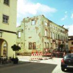 Blick auf eine Häuserfassade eines im Abriss befindlichen Gebäudes
