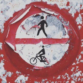 Ein Verbotsschild, Rund, im oberen Halbkreis ein Fußgängersymbol, unten ein Fahrradsymbol. Die Farbe blättert ab.