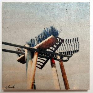 Ein Besen mit blauen Borsten hängt in einer stählernen Aufnahme neben zwei Rechen. Underfoot-Aufnahme. Der Himmel ist blass, fast weiß.