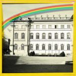 Linker eines dreiteiligen Bild, das die grafische Ansicht eines barocken Schlosses zeigt. Darüber ein Regenbogen. Jedes Bild ist gelb gerahmt.