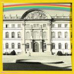 Mittlerer eines dreiteiligen Bild, das die grafische Ansicht eines barocken Schlosses zeigt. Darüber ein Regenbogen. Jedes Bild ist gelb gerahmt.