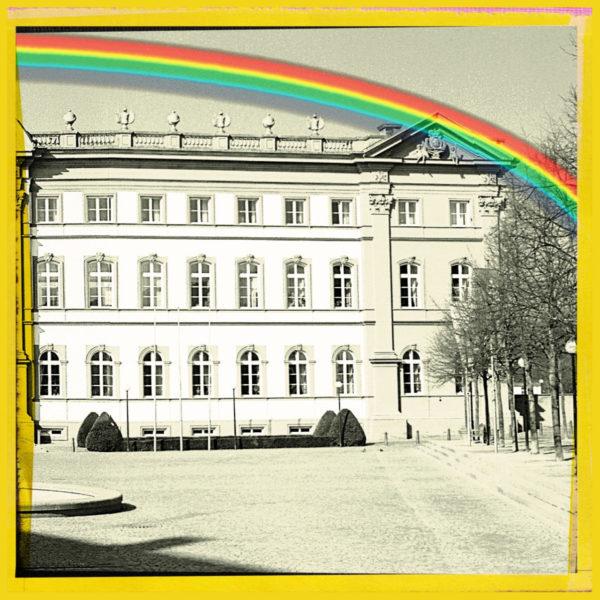 Rechter eines dreiteiligen Bild, das die grafische Ansicht eines barocken Schlosses zeigt. Darüber ein Regenbogen. Jedes Bild ist gelb gerahmt.