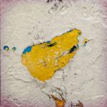 Eine Detailaufnahme einer vielfach überpinselten Hafenwand, in der sich die oberen Farbschichten auflösen und im Fall ein gelber Fleck neben ein bisschen Hellblau unter weiß zum Vorschein kommt.
