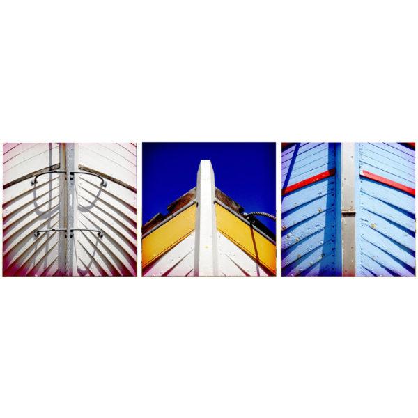 Drei quadratische Bilder nebeneinander auf weißem Hintergrund. Die Motive sind drei Bootsbuge von Holzbooten in Detailaufnahme frontal ohne Hintergrund.