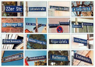 Auf einer querformatigen Postkarte sind sechzehn Bilder von Straßennamen in einem Raster von vier mal vier Bildern angeordnet. Der bestimmtende Farbton des Bilds ist Blau.