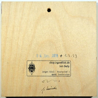 Birkenholz, quadratisch mit Galeriestempel, Datum und Künstlersignaturen.