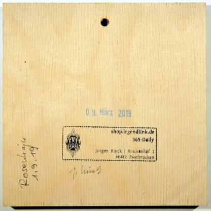 Glatte, quadratische Holzfläche mit Galeriestempel, Datumsstempel und Künstlersignaturen.