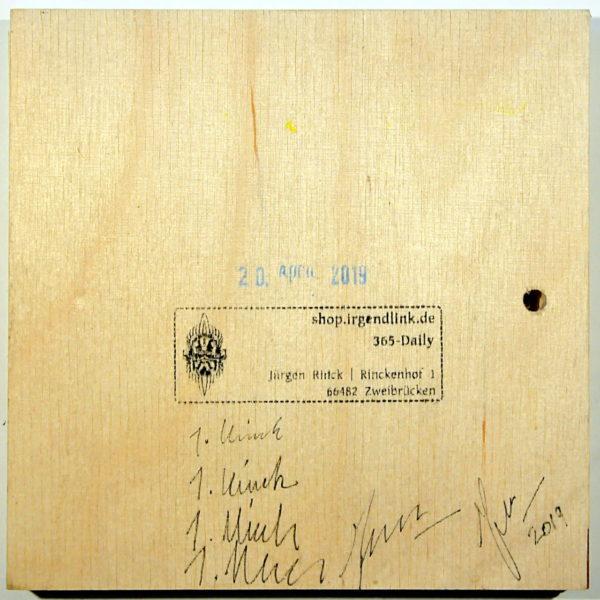 quadratische Holzfläche mit Atelierstempel und gemorphten Künstlersignaturen.