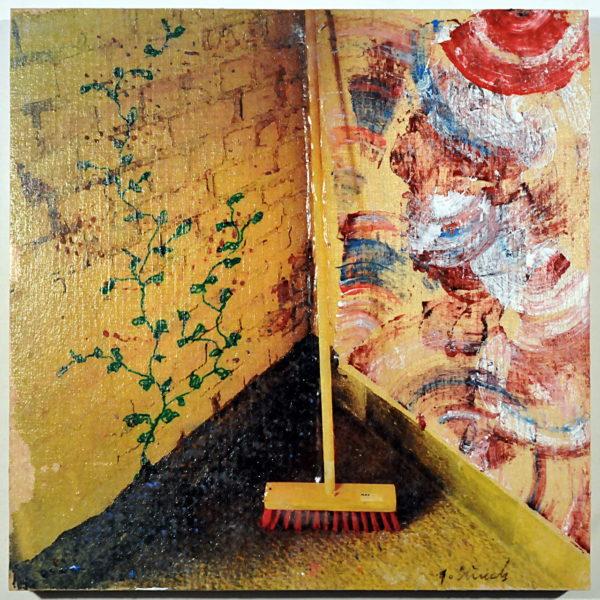 Ein Besen steht in einer geblichen Ecke. Das ursprüngliche Foto wurde von der Künstlerin mit Blumen und Graffiti für die Wände verzeiert.
