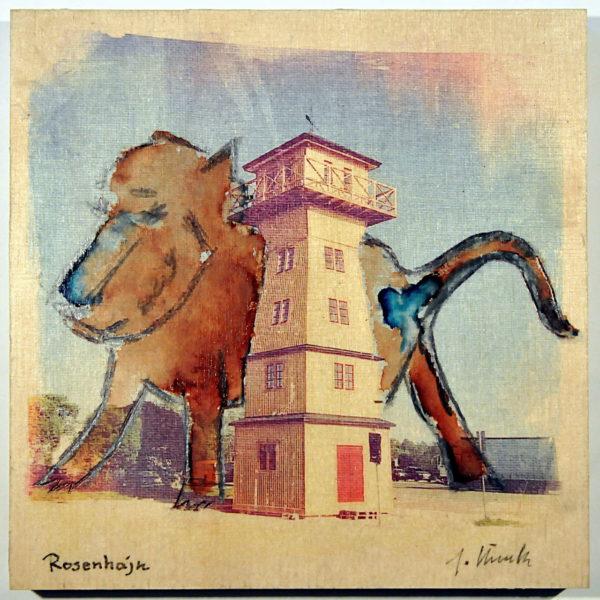 Hinter einem hölzernen, quadratischen Turm steht ein gemalter, überdimensionierter Hund und hebt das Bein.