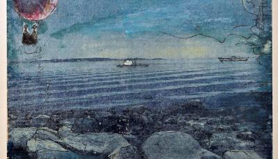 Blaues Bild eines abendlichen Küstenabschnitts mit vielen runden Felsen vor ruhiger See. Darüber ein Freiluftballon, aus dem zwei winzige Figuren eine Fähre beobachten.