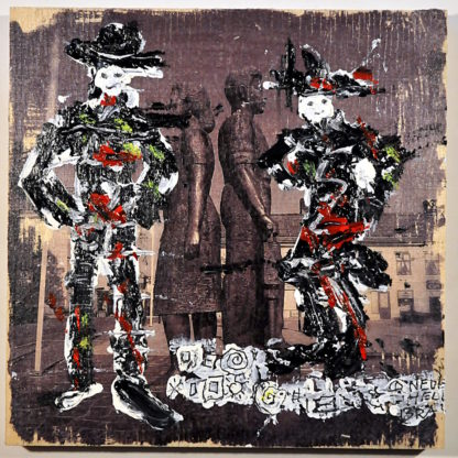 Vor der schwarz-weiß-Aufnahme eines Rücken an Rücken stehenden Arbeiterpaares sind zwei dunkle Westerngestalten gemalt.