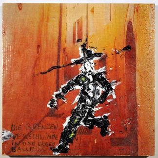 Eine enge Gasse mit orangenen Wänden, eine Tür, ein schwarz gekleideter Westernheld, der zackig aus der Türe tritt.