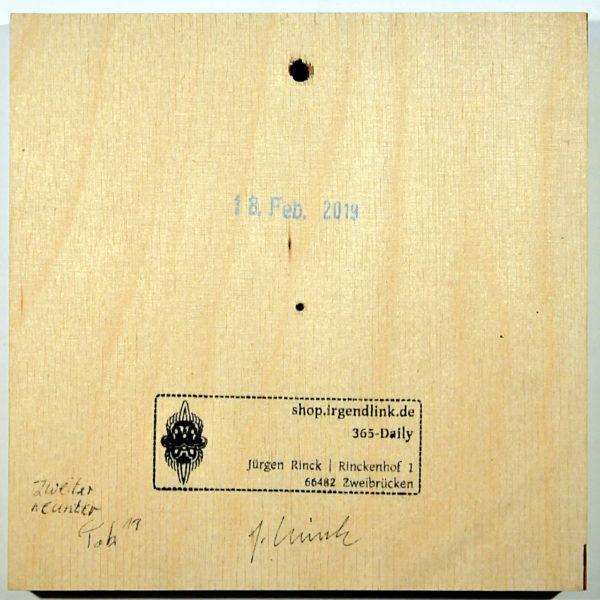 Quadratische Holzkachel mit Galeriestempel, Datum und Signaturen der beteiligten Künstler