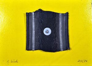 Auf einem gelben Bildträger ist ein Reifenstück, quadratisch mit derbem gesägten Rand aufgeschraubt mittels Linsenkopfschraube und Unterlagsscheibe mittig.