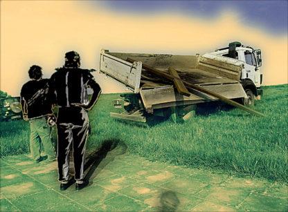 Ein schrill verfärbtes Bild. Zwei Männer stehen mit dem Rücken zum Betrachter und schauen auf einen LKW, dessen gekippte Ladefläche ein riesiges Kreuz entlädt. Die Männer sind schwarze Silhouetten vor giftgrünem bis gelbem Hintergrund.