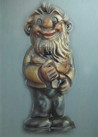 Ein Gartenzwerg, der einst ein Fähnchen in seinen Händen führte lächelt frontal auf blaugrauem Hintergrund in die Kamera.