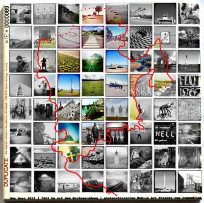 Eine Keramikfließe, bedruckt mit vielen kleinen quadratischen Bildmotiven. Mittig ist der Umriss der Nordsee gezeichnet als rote Linie. Innerhalb der Linie sind die Bilder bunt, außerhalb schwarz-weiß. Am linken ist in rot der Hinweis auf das Langzeit-Archiv Memory of Mankind gedruckt, sowie der Vermerk Duplicate. Unten steht die Referenz zum Kunstprojekt UmsMeer nebst Webseite.