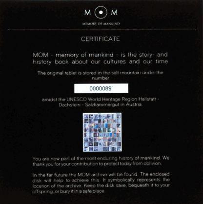 Das Zertifikat klärt über das Memory of Mankind auf und zeigt ein Miniaturdruck der beinhalteten Objekte, sowie dessen fortlaufende Nummer im Archiv.