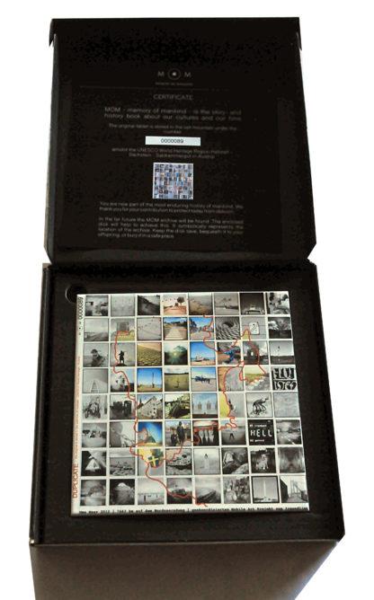 Aufgeklappter schwarzer Karton mit Keramik und Zertifikat.