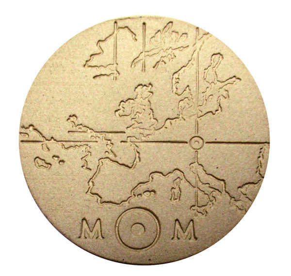 Runde Plakette aus beigem Ton, in die der Umriss Europas eingeritzt ist und ein Fadenkreuz, das den Standort des Archivs in Österreich zeigt.