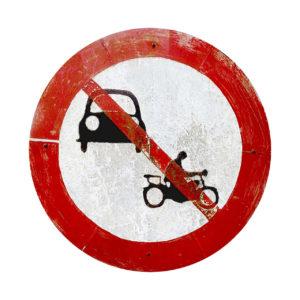 Auf weißem Hintergrund ein rundes Verbotsschild mit rotem Rand, darin ein Auto- und ein Motorradsymbol durchgestrichen.