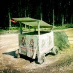 Ein kleiner, selbst gebauter Wagen zum Straßenverkauf von Kartoffel. Bedruckte Säcke als Deko, schräges Flachdächlein und hözerne Räder à la Fred Feuerstein