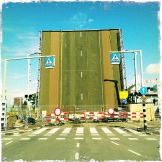 Eine hochgestellte Straßenbrücke in den Niederlanden