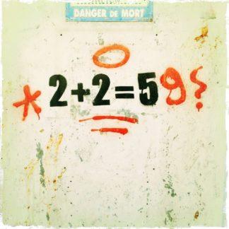 Graffito mit Zahlen: 2+2=59
