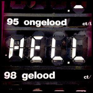 Ein altes Tankstellen-Display in niederländischer Sprache: 95 ongelood. Die Literanzeige wurde auf 'Hell' gestellt. Schwarz weiß.