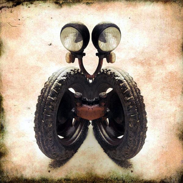 Vorderrad und Lampe des Porsche Junior Traktors wirken fast wie ein menschliches Gesicht. In dem Retrobild wurden sie symmetrisch gespiegelt