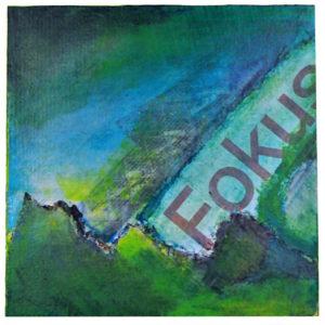 Ein blau bis grünes abstraktes Gemälde, dessen strenge Schräge dem in Collagetechnik eingefügten Schriftzug 'Fokus' folgt. Schemenhaft reckt sich unter der Farbe die Struktur des stählernen futuristischen Industriedenkmals Saarpolygon auf der Ensdorfer Kohlehalde im Saarland..