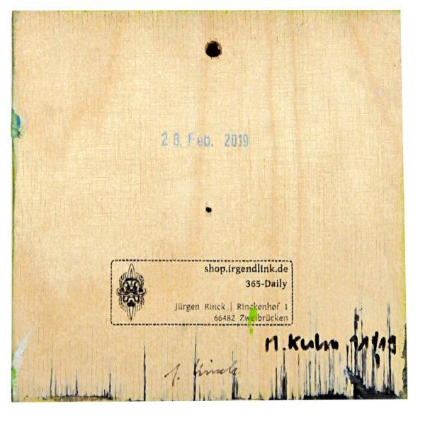 Eine Multiplex Holzkachel, quadratisch, natur, mit Galeriestempel und Unterschriften von Künstlerin und Künstler. Dazu Stalagmitenähnliche Tuscheverzierungen am unteren Rand.